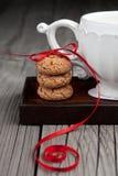 Cuvette de thé et de biscuits sur le fond en bois Photo libre de droits