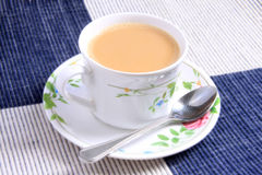 Cuvette de thé et de cuillère de lait Images libres de droits