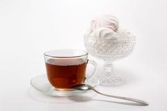 Cuvette de thé et de guimauves Image stock