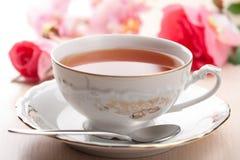 Cuvette de thé et de roses Photos libres de droits