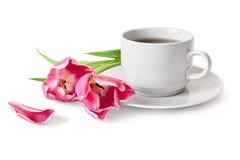 Cuvette de thé et de tulipes Photographie stock