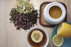 Cuvette de thé noir avec le citron Images libres de droits