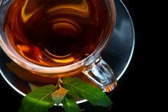 Cuvette de thé noir sur la surface noire photographie stock
