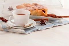Cuvette de thé noir Sur le fond blanc Image libre de droits