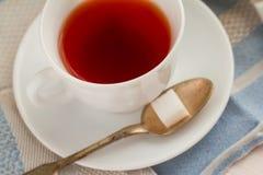 Cuvette de thé noir Sur le fond blanc Photographie stock libre de droits