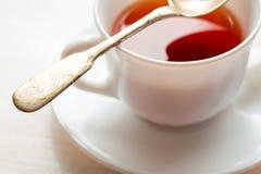 Cuvette de thé noir Sur le fond blanc Photo libre de droits