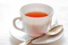 Cuvette de thé noir Sur le fond blanc Photographie stock