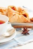 Cuvette de thé noir Sur le fond blanc Images libres de droits