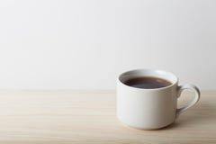 Cuvette de thé sur la table Profondeur de zone Foyer sélectif Photographie stock libre de droits