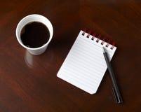 Cuvette des affaires de crayon de cahier de boissons de café Photos stock
