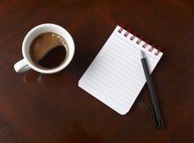 Cuvette des affaires de crayon de cahier de boissons de café Image stock