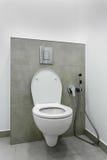 Cuvette des toilettes dans l'intérieur de salle de bains Photos stock
