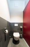 Cuvette des toilettes moderne avec l'ardoise gris-foncé images stock