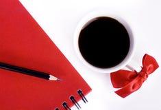 Cuvette douce et garniture rouge sur la table blanche Image libre de droits