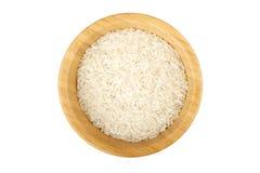 Cuvette en bambou partiellement remplie avec du riz cru Images libres de droits