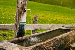 Cuvette en bois avec de l'eau trinkable photographie stock libre de droits