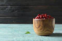 Cuvette en bois avec des canneberges sur la table, l'espace pour le texte Fruits secs photos libres de droits