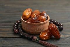 Cuvette en bois avec des dates et des perles de prière image libre de droits