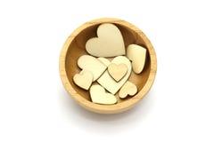 Cuvette en bois d'isolement avec la forme en bois de coeur, symbole d'amour à l'intérieur sur le fond blanc Image stock