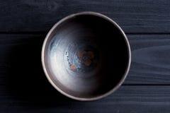 Cuvette en céramique sur le fond en bois Photo stock