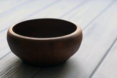 Cuvette en céramique sur le fond en bois Photographie stock