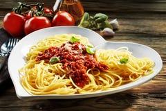 Cuvette en forme de coeur de spaghetti Bolognaise Image stock