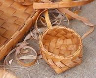 Cuvette en osier, faite en écorce de bouleau Photos stock