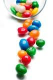 Cuvette en verre avec des sucreries renversées à l'extérieur Image stock