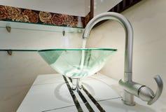 Cuvette en verre de bassin dans la salle de bains moderne images libres de droits