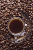 Cuvette en verre de café turc avec des grains de café Photo stock