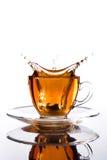 Cuvette en verre de thé avec l'éclaboussure à l'extérieur Photographie stock