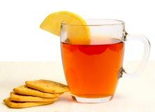 Cuvette en verre de thé avec le citron et les casseurs Image libre de droits