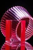 Cuvette en verre et cube rouges Photographie stock libre de droits
