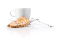 Cuvette et biscuit blancs au-dessus du fond blanc photographie stock libre de droits
