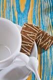 Cuvette et biscuit de café vides Photographie stock libre de droits