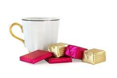 Cuvette et chocolats sucrés photographie stock