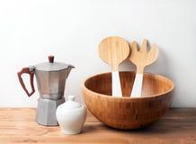 Cuvette et couverts en bois avec un fabricant d'expresso sur le fond ou la table en bois Arrangement naturel de table de portion Image stock