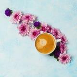 Cuvette et fleurs de café Photos stock