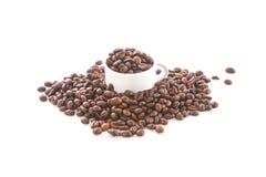 Cuvette et grains de café blancs Photos stock