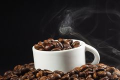 Cuvette et grains de café blancs Images libres de droits