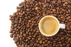 Cuvette et grains de café blancs Photographie stock libre de droits