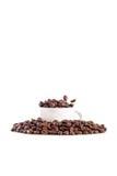 Cuvette et grains de café blancs Image stock