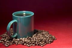 Cuvette et haricots de café Photos stock