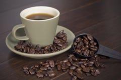 Cuvette et haricots de café photographie stock
