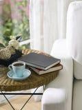 Cuvette et livres de thé Image stock