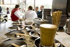 Cuvette et soucoupe de café au café photographie stock libre de droits