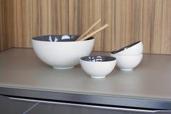 Cuvette et tasses blanches sur la partie supérieure du comptoir de cuisine Photographie stock libre de droits