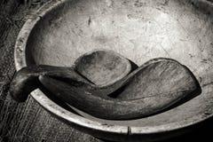 Cuvette et ustensiles antiques en noir et blanc Photo stock