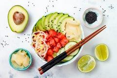 Cuvette hawaïenne de poussée de pastèque avec l'avocat, le concombre, les pousses de fèves de mung et le gingembre mariné Vue sup Photos stock