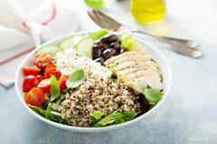 Cuvette inspirée grecque de déjeuner avec le poulet et le quinoa photographie stock libre de droits